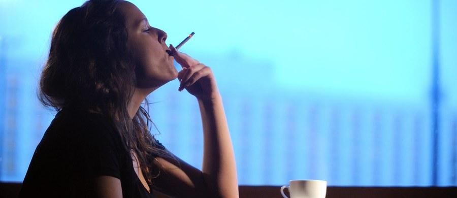 """Naukowcy z Uniwersytetu w Oksfordzie mają dobrą radę dla wszystkich, którzy chcą rzucić palenie. Wyniki ich badań wskazują, że jeśli chcemy na dobre skończyć z nałogiem, powinniśmy uczynić to... natychmiast, z dnia na dzień. Próby rzucania palenia przez stopniowe ograniczanie liczby wypalanych papierosów są mniej skuteczne. Pisze o tym w najnowszym numerze czasopismo """"Annals of Internal Medicine""""."""