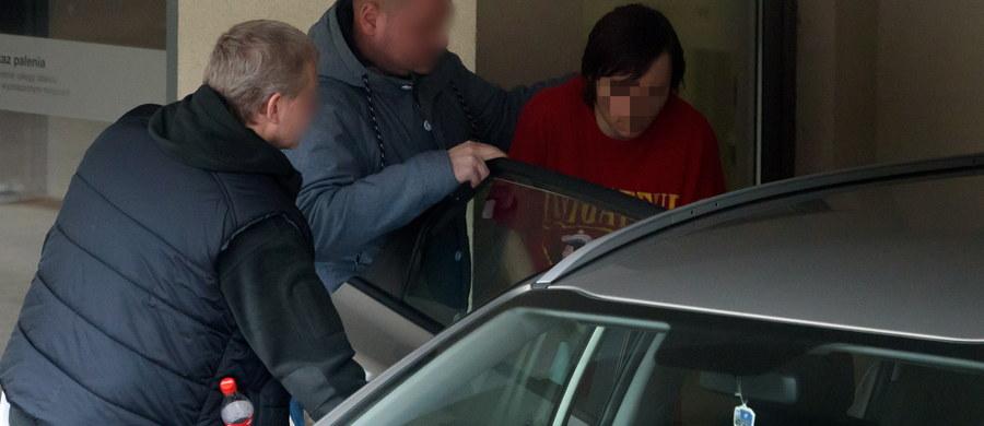 Jest zarzut usiłowania zabójstwa dla studenta, który wczoraj rzucił się z tasakiem na profesora poznańskiego Uniwersytetu Adama Mickiewicza. Sąd zdecydował, że 30-latek trafi na trzy miesiące do aresztu.