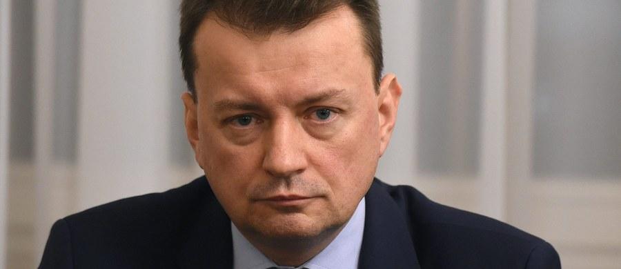 W Sejmie odbyła się w środę debata nad wnioskiem o odwołanie szefa MSWiA Mariusza Błaszczaka. Wniosek o wotum nieufności poparło 177 posłów, przeciw było 239, a 27 wstrzymało się od głosu. Był to pierwszy wniosek o wotum nieufności dla ministra rządu Prawa i Sprawiedliwości. Złożyła go Platforma Obywatelska.