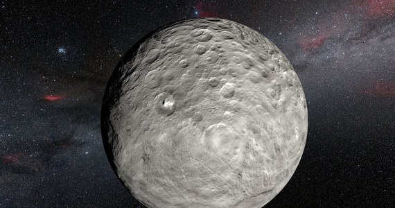 """Tajemnicze, jasne plamy na powierzchni planety karłowatej Ceres stały się jeszcze bardziej zagadkowe. Białe formacje na dnie krateru Occator odkryła ponad rok temu sonda Dawn, naukowcy do tej pory nie są w stanie wyjaśnić ich pochodzenia. Opublikowane właśnie na łamach czasopisma """"Monthly Notices of the Royal Astronomical Society"""" wyniki obserwacji z Ziemi wskazują, że jasność tych plam się zmienia. Być może tworzący je materiał, paruje pod wpływem Słońca."""