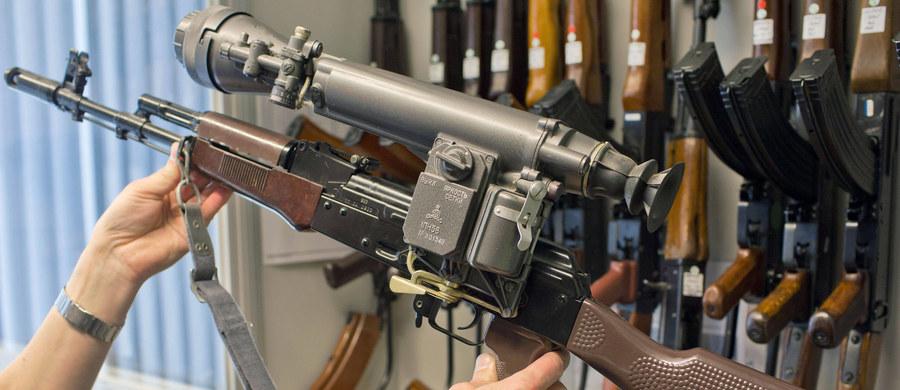 Trzech obywateli Holandii arabskiego pochodzenia próbowało w Gdyni kupić karabinki maszynowe kałasznikowa oraz pistolet - dowiedział się reporter RMF FM. Nie udało im się to jednak. Zostali zatrzymani. Próba nielegalnego zakupu została nagrana telefonem komórkowym przez jednego z klientów sklepu.