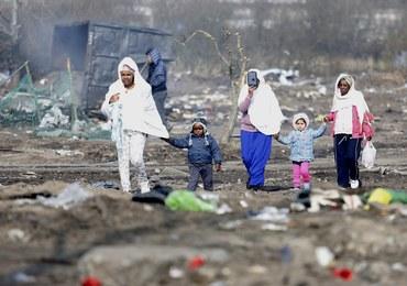 """Koniec likwidacji części """"dżungli"""" pod Calais. Tysiące migrantów przeniosły się na północ"""