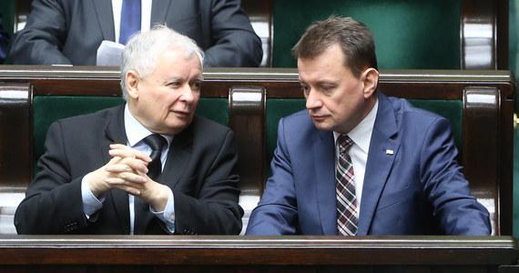 """""""Mamy do czynienia z chaotyczną rewolucją. Nie ma koordynacji. Długo to potrwa, bo prezes Kaczyński ma taki paradygmat: robimy zmiany, a działanie marketingowe mają znaczenie głównie przed wyborami"""" - mówi gość """"Dania do Myślenia"""" w RMF Classic specjalista ds. marketingu politycznego i psycholog społeczny z UW, dr Norbert Maliszewski. Jego zdaniem władza jest w ręku prezesa PiS, a pozostałe ośrodki nie koordynują komunikacji. """"Pozycja premier jest osłabiona i trudno jest jej kontrolować przekaz"""" - uważa Maliszewski. """"Jak się patrzy na badania społeczne, to osób, które są negatywnie nastawione do działań rządu jest około 50 proc.""""- mówi ekspert. Dodaje, że powinniśmy się przyzwyczaić do 35 proc. poparcia dla Prawa i Sprawiedliwości, bo """"to, co robi prezes jest w dużej mierze zgodne z tym, co chciał twardy elektorat"""". Gość RMF Classic uważa, że zmęczenie konfliktem PO-PiS jest w Polsce bardzo duże."""