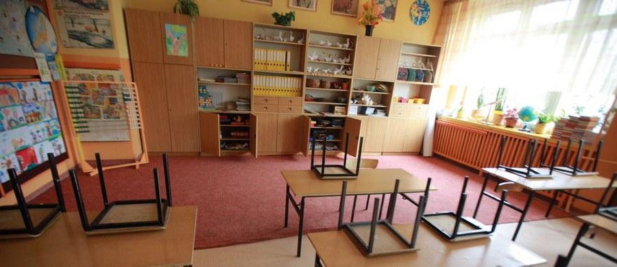 Tymczasowo została zamknięta szkoła w Jankowicach na Śląsku. To tam przed tygodniem dwie uczennice zerówki zostały porażone prądem. Wstępne ustalenia wykazały, że instalacja elektryczna w szkolnym budynku miała usterki. Do czasu ich usunięcia szkoła będzie zamknięta.