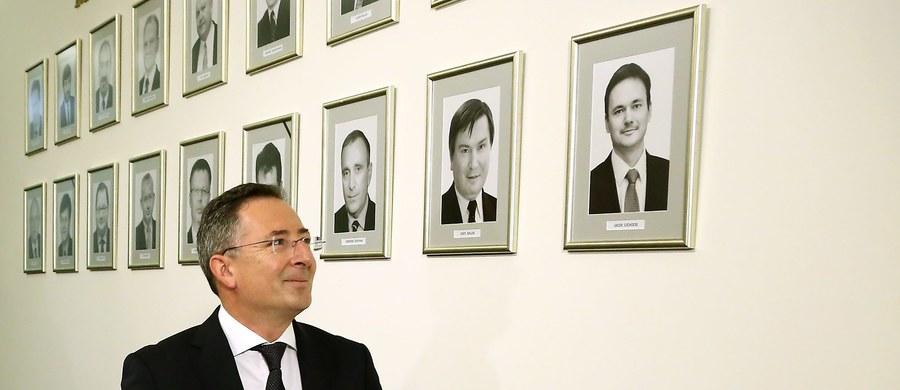 """O co chodziło z podpaleniem budki przed ambasadą rosyjską? """"Sam chciałbym wiedzieć. Mamy absurdalną sytuację – policja jest oskarżana, że była chuliganami i bandytami i podpaliła budkę. A w finale okazało się, że to niby ja jestem autorem tego"""" – mówi gość Kontrwywiadu RMF FM, były szef MSW Bartłomiej Sienkiewicz, w odpowiedzi na pytania słuchaczy. """"Jestem już przyzwyczajony do swojej czarnej legendy. Jeśli kiedyś przeczytam, że jem niemowlęta na śniadanie, to się nie zdziwię. Każdy ma swoją karmę"""" – dodaje Sienkiewicz."""