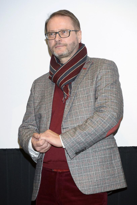 """Artur Żmijewski chciałby ponownie zagrać czarny charakter. Jego zdaniem wcielanie się w tego typu postacie to wyjątkowo ciekawe zadanie aktorskie. Twierdzi też, że jest w odpowiednim wieku, by grywać takie role. Obecnie Żmijewskiego można oglądać w 15. sezonie serialu """"Ojciec Mateusz""""."""