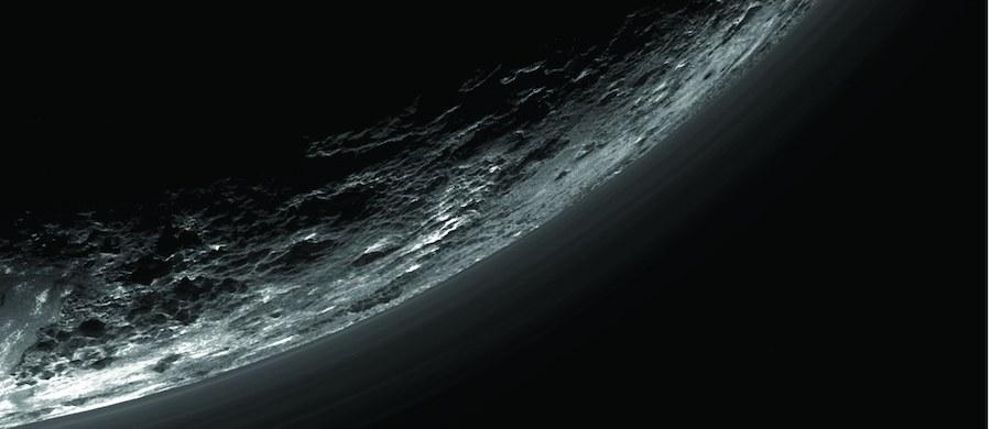 """Tygodnik """"Science"""" opublikował zestaw pięciu prac, podsumowujących pierwszy etap analizy danych przesłanych przez sondę New Horizons po przelocie w pobliżu Plutona. Przekazują one informacje dotyczące zarówno samej powierzchni planety karłowatej, otaczającej ją atmosfery, jak i zestawu pięciu krążących wokół niej księżyców. Niedawna plamka w obiektywie teleskopu odsłania przed nami całą swoją złożoność."""