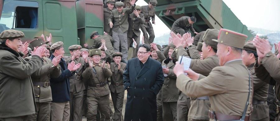 Korea Północna wystrzeliła kolejny pocisk balistyczny krótkiego zasięgu ze swojego poligonu na wschodnim wybrzeżu, w kierunku Morza Japońskiego. Pocisk przeleciał 800 km i wpadł do wody - podała w czwartek wieczorem południowokoreańska agencja Yonhap.