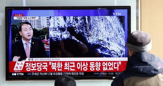 Według południowokoreańskiego Sztabu Generalnego Korea Płn. wystrzeliła w piątek dwa pociski balistyczne średniego zasięgu z wyrzutni mobilnej w pobliżu miasta Sinchon. Jeden przeleciał 800 km i wpadł do Morza Japońskiego, drugi mógł eksplodować w powietrzu.