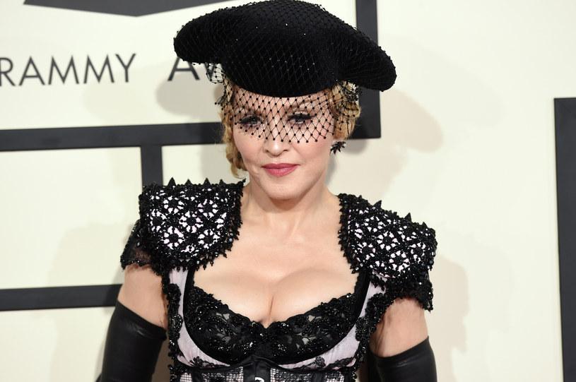 Podczas koncertu Madonny w czwartek (17 marca) doszło do niefortunnego zdarzenia. Wokalistka, która zaprosiła na scenę jedną z fanek, przez przypadek odsłoniła pierś dziewczyny na oczach publiczności.