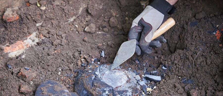 W Starym Grodkowie na Opolszczyźnie znaleziono ludzkie szczątki, fragmenty spalonego baraku, orzełki z czapek czy dwa ryngrafy żołnierzy - jak twierdzi IPN - Narodowych Sił Zbrojnych (NSZ) z oddziału Henryka Flame, ps. Bartek, zamordowanych w 1946 r. przez UB. IPN jest przekonany, że w tym miejscu znajdują się jeszcze szczątki innych ludzi z oddziału Bartka.
