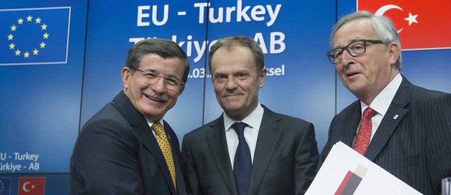 """Unia Europejska i Turcja uzgodniły porozumienie, które ma pomóc zahamować falę migracyjną do Europy - poinformował na zakończenie szczytu w Brukseli szef Rady Europejskiej Donald Tusk. Jak podał, tekst wspólnej deklaracji zaakceptowano jednomyślnie. """"To przełom w relacjach między UE i Turcją oraz w naszych staraniach o zatrzymanie nielegalnej migracji do Europy"""" - podkreślił. Unijni przywódcy nie kryją jednak, że wdrożenie porozumienia będzie """"herkulesowym zadaniem""""."""