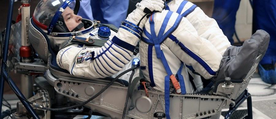 Rosyjski statek kosmiczny Sojuz TMA-20M z trzyosobową załogą, który wystartował z kosmodromu Bajkonur w Kazachstanie, zacumował pomyślnie do Międzynarodowej Stacji Kosmicznej (ISS) - poinformowała nad ranem rosyjska agencja kosmiczna Roskosmos.