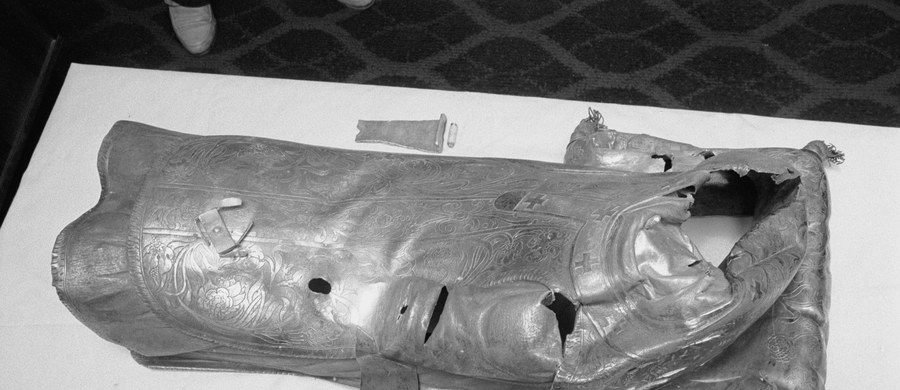 30 lat temu, w nocy z 19 na 20 marca 1986 roku trzej sprawcy włamali się do bazyliki prymasowskiej w Gnieźnie (Wielkopolskie). Ich łupem padły elementy sarkofagu św. Wojciecha; przestępcy zniszczyli relikwiarz, zabierając srebrne elementy w tym figurę świętego.
