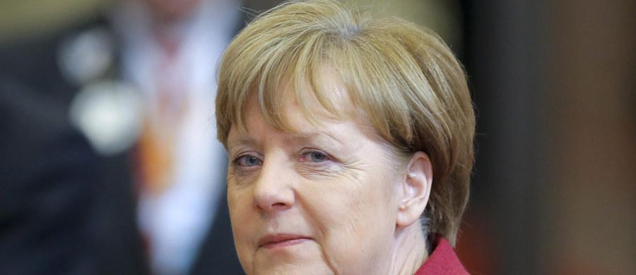 """Premier Bawarii Horst Seehofer powiedział w wywiadzie dla """"Bilda"""", że kanclerz Angela Merkel zmieniła całkowicie swoją politykę wobec uchodźców, chociaż nie chce się do tego publicznie przyznać. Seehofer uważa, że ta zmiana to jego zasługa."""