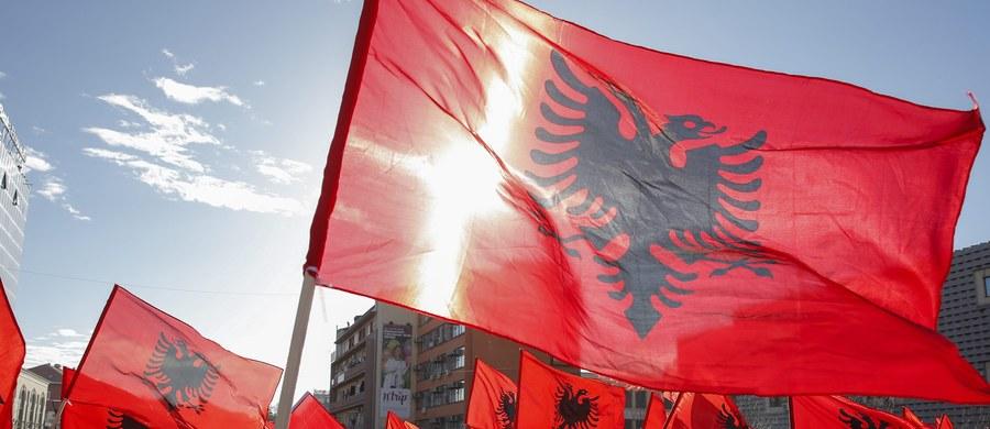 Premier Kosowa Isa Mustafa potwierdził doniesienia prasowe i poinformował na Facebook'u, że jego brat wyemigrował z kraju, a w 2015 roku otrzymał azyl w Niemczech. Według danych Unii Europejskiej około 70 tys. Kosowian złożyło w ostatnich latach wnioski o azyl.