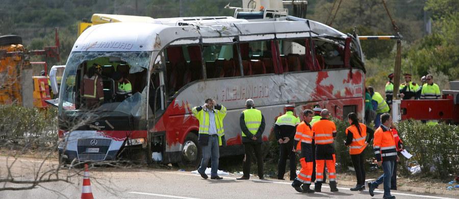 13 studentek z zagranicy zginęło w wypadku autokaru na autostradzie łączącej Walencję z Barceloną w Hiszpanii. 34 osoby zostały ranne. Autokarem podróżowali studenci z programu Erasmus. Wśród osób rannych jest Polak.