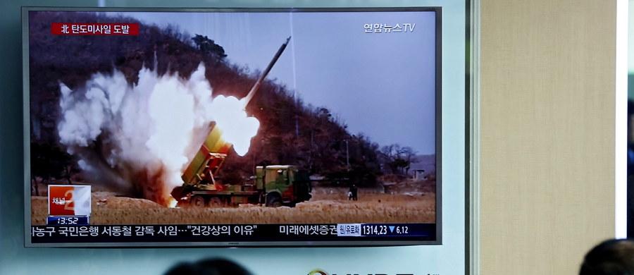 Pięć rakiet krótkiego zasięgu wystrzeliła Korea Północna ze swojego wschodniego wybrzeża - poinformowała południowokoreańska agencja Yonhap. Pociski zostały wystrzelone z okolic miasta Hamhung. Przeleciały około 200 kilometrów i wpadły do Morza Japońskiego.