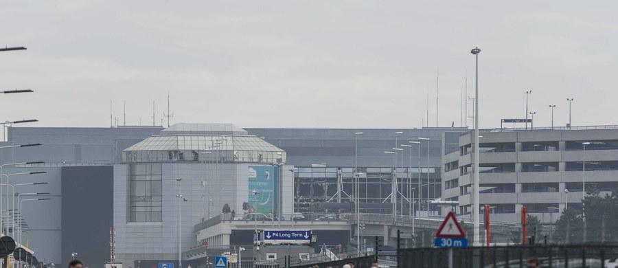 """""""Wszystkie dojazdy do lotniska i drogi wokół są zamknięte. Port jest obstawiony przez jednostki policji uzbrojone w broń maszynową"""" - relacjonuje w rozmowie z RMF FM pan Tomasz, który pracuje na brukselskim lotnisku Zaventem. W wybuchach na lotnisku zginęło 14 osób. Po zamachu na stacji metra europejskie instytucje w Brukseli zamknęły natomiast swojej siedziby i poleciły pracownikom pozostanie na miejscu. W budynku Komisji Europejskiej jest grupa polskich naukowców z Krakowa, Kielc i Wrocławia, którzy przebywali tam z wycieczką. """"Okolica została całkowicie zamknięta. Jesteśmy w strefie zero"""" - mówi w rozmowie z RMF FM Maciej Zarański, asystent prorektora ds. rozwoju uczelni Uniwersytetu Przyrodniczego we Wrocławiu."""