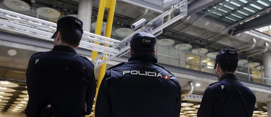 Władze wielu europejskich krajów zaostrzyły środki bezpieczeństwa na lotniskach po zamachach na brukselskim lotnisku Zaventem i w metrze w pobliżu instytucji Unii Europejskiej. Według federalnej prokuratury ataków na lotnisku w Brukseli dokonał zamachowiec samobójca. Według straży pożarnej w eksplozjach w Brukseli zginęło łącznie co najmniej 21 osób.