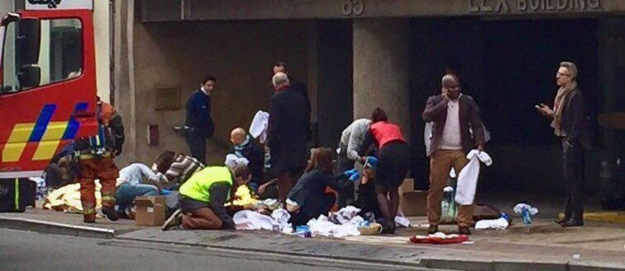 W hotelu obok stacji metra Maelbeek w Brukseli, gdzie doszło rano do eksplozji, urządzono prowizoryczny szpital. Poszkodowanym pomaga się również na ulicach belgijskiej stolicy. W wybuchu w metrze zginęło co najmniej 15 osób. Wcześniej w wyniku zamachu na brukselskim lotnisku zginęło co najmniej 13 osób.