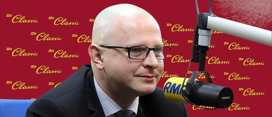 """""""Próba wskazywania winnych, oskarżania, jest elementem wtórnym. Dziś przede wszystkim politycy powinni dać służbom pracować, by służby zbudowały dla nas atmosferę, w której będziemy realnie bezpieczni"""" – mówi o zamachu w Brukseli gość """"Dania do Myślenia"""" w RMF Classic, ekspert ds. bezpieczeństwa z Collegium Civitas, były oficer służb specjalnych dr Łukasz Kister. Jego zdaniem powinniśmy oczekiwać od polityków i służb """"że zbudują dla nas środowisko, w którym nie będziemy się bali wychodzić z domu, jechać metrem, bo za chwilę terroryści skurczą nasz świat tylko do naszej sypialni"""". Zdaniem eksperta za chwilę """"utracimy prawo do wolności, do głoszenia poglądów, za chwilę nasze cele życiowe będą podyktowane przez terrorystów"""". Gość RMF Classic uważa, że musimy ograniczyć napływ nowych """"najeźdźców"""" do Europy. """"Ich nie interesuje schronienie na przykład na Węgrzech, ich interesuje Francja, Niemcy, Wielka Brytania. Ich nie interesuje nasz świat, tylko nasze pieniądze, a ich świat"""" – dodaje dr Łukasz Kister."""