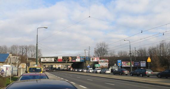 Czy brak dwóch pasów ruchu może sparaliżować ponadmilionową aglomerację? Okazuje się, że może. Takie rzeczy tylko w Krakowie. Niespełna 2 tygodnie temu drogowcy zamknęli estakadę nad skrzyżowaniem Wielickiej, Alei Powstańców Śląskich, Limanowskiego i Powstańców Wielkopolskich. Przyczyną jest budowa łącznicy kolejowej. Prace są niezbędne, żeby usprawnić ruch kolejowy.
