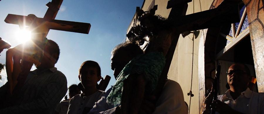 Wielki Czwartek to początek Triduum Paschalnego. To niespełna trzy dni poprzedzające najważniejsze święto w naszej religii, czyli Wielkanoc. Triduum liczymy od czwartkowego wieczora, kiedy to wierni spotykają się na liturgii upamiętniającej ustanowienie przez Chrystusa dwóch sakramentów – Kapłaństwa i Eucharystii.