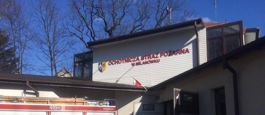 Mazowiecki Milanówek apeluje o pomoc dla rodzin, które w dwóch weekendowych pożarach straciły dach nad głową i cały dobytek. W nocy z soboty na niedzielę zapalił się dom prywatny na ulicy Wylot zajmowany przez 8-osobową rodzinę. Z kolei w nocy z niedzieli na poniedziałek pożar wybuchł w zabytkowej willi Jolancin. Tam dach nad głową straciło 26 osób.