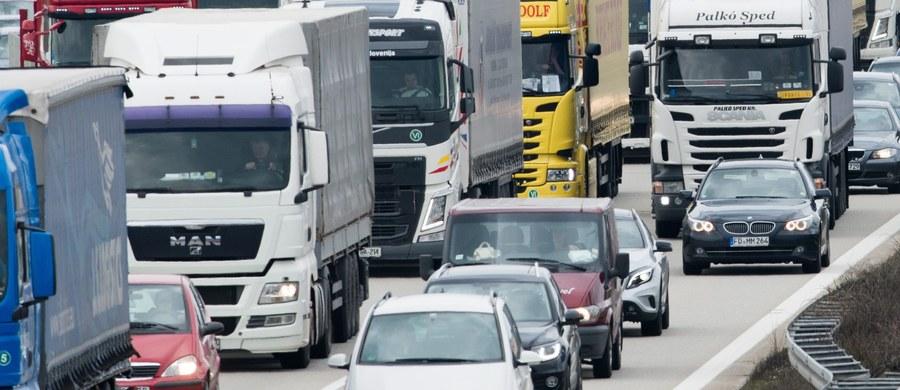 """Już od piątku na drogach może być tłoczniej, rozpoczną się świąteczne wyjazdy. Policjanci apelują do kierowców o ostrożność, cierpliwość i """"zdjęcie nogi z gazu"""". Ostrzegają, że nie będzie żadnej pobłażliwości dla tych, którzy zdecydują się prowadzić auto po alkoholu."""