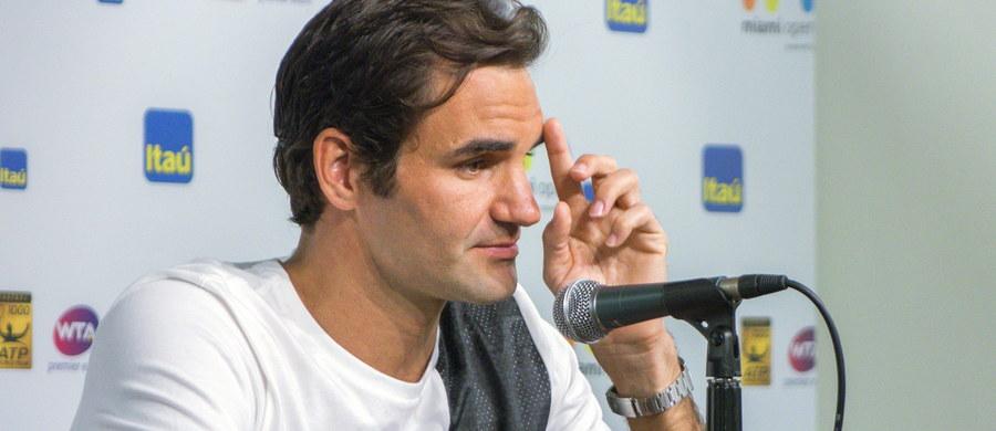"""Roger Federer zdradził przyczyny kontuzji łąkotki, która sprawiła, że musiał poddać się pierwszemu w karierze zabiegowi chirurgicznemu. Kolano uszkodził w łazience, podczas… kąpieli córek. """"To był prosty ruch, odwróciłem się i usłyszałem 'kliknięcie'""""- mówi 34-letni tenisista, który dziś wraca na korty."""
