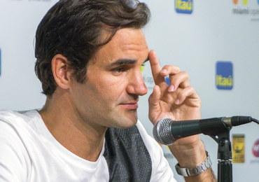 Roger Federer zdradził, w jaki sposób doznał kontuzji kolana. Kąpał córki