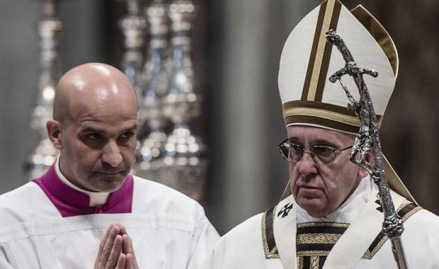 Papież Franciszek wieczorem będzie przewodniczył Drodze Krzyżowej w rzymskim Koloseum. Nabożeństwo odbędzie się przy nadzwyczajnych środkach bezpieczeństwa. Wokół amfiteatru Flawiuszów powstały specjalne strefy bezpieczeństwa. Porządku strzec będą żołnierze z długą bronią.