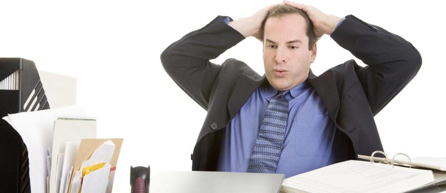 """""""Cechą pracoholików jest to, że czują wewnętrzny przymus pracy i praca służy, żeby ten przymus zredukować. To sytuacja analogiczna o uzależnienia od alkoholu - musimy się napić, żeby zredukować nieprzyjemne napięcie z braku alkoholu"""" – mówi gość """"Dania do Myślenia"""" w RMF Classic, psycholog z Uniwersytetu SWPS w Sopocie dr Jacek Buczny. """"To, co łączy się z pracoholizmem, to wyznaczanie sobie celów, które służą do zaspokajania potrzeb innych ludzi. Robimy coś, bo taka jest powinność"""" – tłumaczy ekspert. Dodaje, że """"zasadniczym wewnętrznym czynnikiem jest samoocena"""". """"Ludzie, którzy uzależniają swoją samoocenę od wyników pracy to ludzie, którzy są narażeni na pojawienie się pracoholizmu"""" – mówi Buczny. Kiedy można pomagać? """"Jak taka osoba zobaczy, że w pracy doświadcza negatywnych emocji, które mają negatywny wpływ na zdrowie"""" – odpowiada gość RMF Classic. Pytany o badania, według których 5 proc. Polaków to pracoholicy, odpowiada: """"To bardzo dużo"""". """"Oni są już na takim etapie, który wymaga pomocy"""" – komentuje dr Jacek Buczny."""