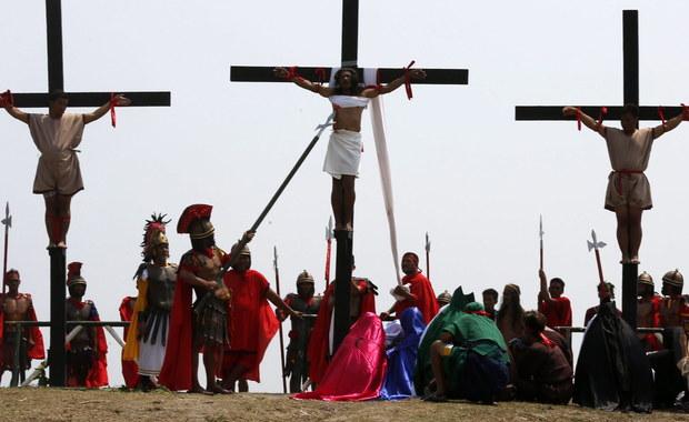 15 osób na północy Filipin zgodnie z miejscową tradycją dało się przybić do krzyży w Wielki Piątek, aby na oczach tysięcy uczestników drogi krzyżowej upamiętnić w ten sposób cierpienie Jezusa. Kościół katolicki nie pochwala tych widowisk.