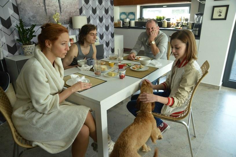 """W najbliższą niedzielę rusza nowy serial produkcji HBO Europe """"Złote życie"""", opowiadający o losach  zamożnej węgierskiej rodziny w kryzysie, która na pozór nie różni się od innych, choć w rzeczywistości skrywa wiele mrocznych sekretów. Premiera serialu odbędzie się 27 marca o godz. 21 w HBO3 i HBO GO."""