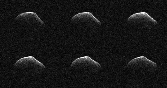 NASA opublikowała otrzymane z pomocą radaru obrazy jądra komety P/2016 BA14, która we wtorek 22 marca przeleciała w pobliżu Ziemi. Kosmiczna skała o średnicy około kilometra minęła naszą planetę w bezpiecznej odległości około 3,5 miliona kilometrów. Trafiła jednak na aż trzecie miejsce listy znanych nam komet, które przeleciały najbliżej Ziemi. Bliżej naszej planety znalazły się komety D/1770 L1 (Lexell) w 1770 roku i C/1983 H1 (IRAS-Araki-Alcock) w roku 1983.