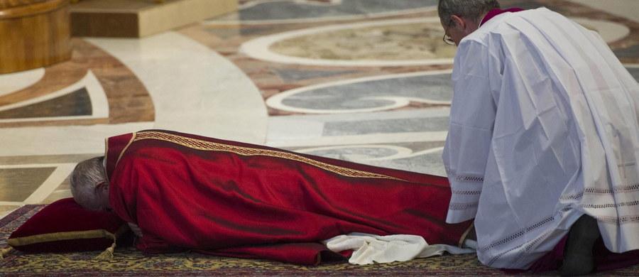 """Papież Franciszek przewodniczył w Wielki Piątek nabożeństwu Męki Pańskiej w bazylice watykańskiej. Rozpoczął je sugestywny gest papieża, który przez dłuższą chwilę modlił się leżąc przed głównym ołtarzem. Homilię wygłosił z kolei kaznodzieja Domu Papieskiego ojciec Raniero Cantalamessa, podkreślając, że """"Bóg staje się sprawiedliwością, okazując miłosierdzie""""."""