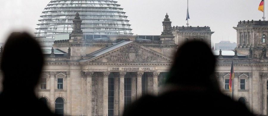 """Niemiecka policja zatrzymała w zachodnich Niemczech dwóch mężczyzn, podejrzanych o związki z islamistami, którzy dokonali samobójczych zamachów bombowych w Brukseli - informują niemieckie media, w tym """"Spiegel"""" w wydaniu internetowym."""