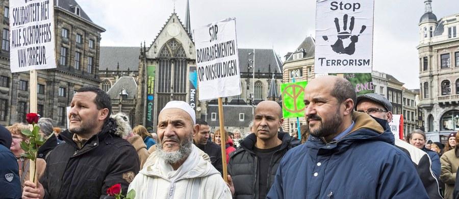 W głównym meczecie Brukseli minutą ciszy uczczono pamięć ofiar wtorkowych zamachów terrorystycznych. Działający przy meczecie ośrodek kultury islamskiej zapowiada organizację serii spotkań, które mają pomóc zwalczyć radykalne poglądy wśród muzułmańskiej młodzieży.