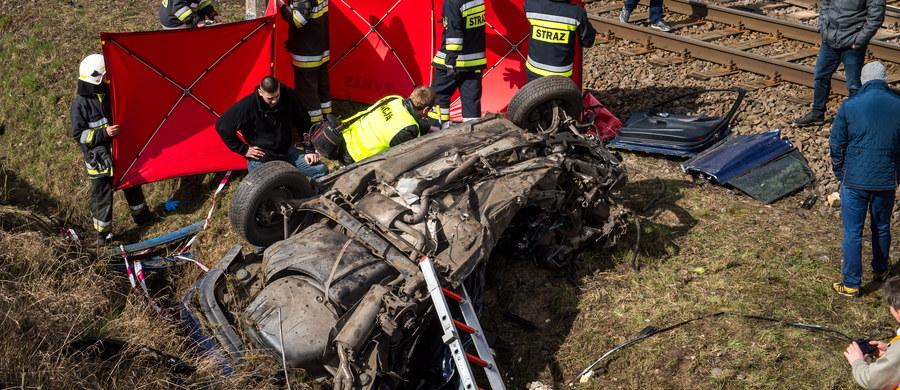 Policja wyjaśnia okoliczności tragicznego wypadku w Dziarnowie w powiecie inowrocławskim. Na strzeżonym przejeździe kolejowym, pod pociąg pospieszny relacji Poznań-Gdynia, wjechał samochód osobowy. Dwie osoby jadące autem: Kobieta i mężczyzna zginęły na miejscu. Informację dostaliśmy na Gorącą Linię RMF FM.
