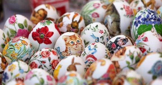 Barwione jajka – współcześnie symbol Wielkanocy – na przestrzeni dziejów nie zawsze nim były. W pierwszych wiekach polskiego chrześcijaństwa wręcz zabraniano ich spożywania w tym okresie, potem stały się częścią sfery sacrum, obecnie bywają jedynie gadżetami.