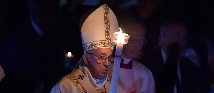 """""""Dziś jest święto naszej nadziei, otwórzmy się na nią"""" – mówił papież Franciszek podczas mszy Wigilii Paschalnej w Wielką Sobotę. Wskazał, że tak potrzebną obecnie nadzieję musi nieść Kościół, bo bez niej będzie międzynarodową strukturą z wieloma zwolennikami."""