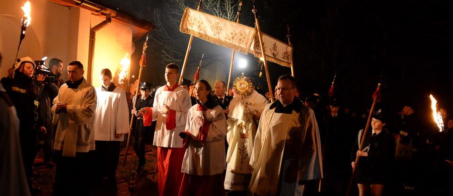 Niedziela Wielkanocna jest najważniejszym świętem w całym roku liturgicznym Kościoła katolickiego. Obchody religijne Wielkanocy rozpoczyna odbywająca się wczesnym rankiem procesja i msza, w Kościele katolickim zwana rezurekcją. W tym dniu spożywa się uroczyste śniadanie w gronie rodzinnym, poprzedzone składaniem sobie życzeń. Wielkanoc wieńczy okres Wielkiego Postu i poprzedzający ją Wielki Tydzień.