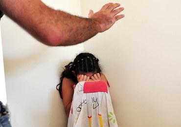 Nastolatka była przez dwa lata przetrzymywana przez porywacza. Uciekła, bo zapomniał zamknąć drzwi