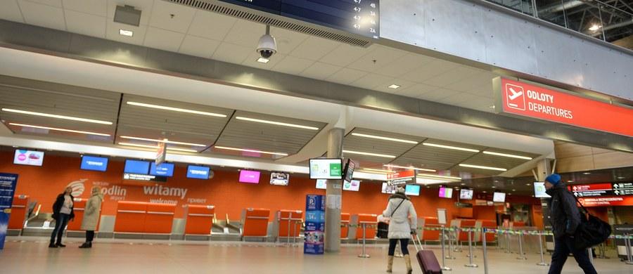 28-letni mężczyzna usłyszał zarzut wywołania fałszywego alarmu bombowego na lotnisku w Modlinie. Był uczestnikiem imprezy, z której - według śledczych - zadzwonił w niedzielę do portu lotniczego i poinformował o bombie. W sumie wczoraj policja zatrzymała 21 osób w tej sprawie. Dziś 20 zostało zwolnionych z aresztu.