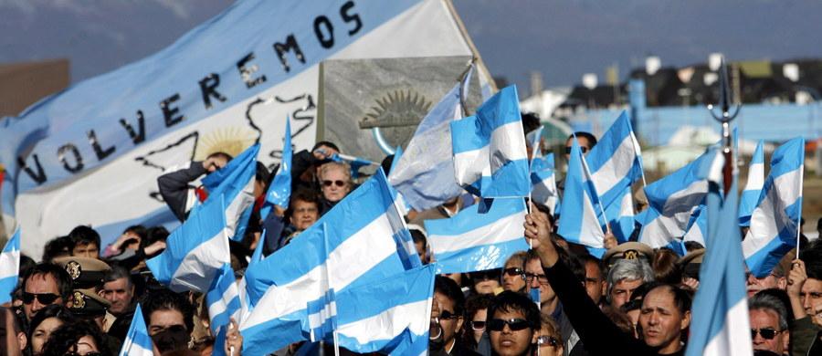 Komisja ONZ rozszerzyła pas wód terytorialnych u wybrzeży Argentyny z 200 do 350 mil morskich. Oznacza to, że brytyjskie Falklandy znały się w ich zasięgu. Decyzja ta zaostrzy już i tak napięte relacje na linii Londyn-Buenos Aires. Brytyjczycy uważają, że Falklandy są częścią Korony. Natomiast Argentyńczycy są przekonani, że to ich terytorium i nazywali je Malwinami.