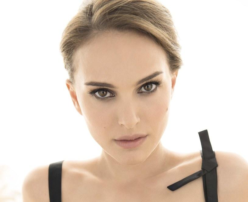 """""""Opowieść o miłości i mroku"""", wyreżyserowana przez aktorkę Natalie Portman ekranizacja książki izraelskiego pisarza Amosa Oza, trafi w piątek do kin w Polsce. Jedną z ról w filmie gra Portman. Autorem zdjęć, kręconych w Jerozolimie, jest Sławomir Idziak."""