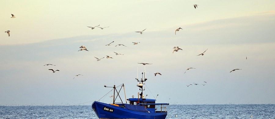 Załogi 50 kutrów rybackich manifestowały dziś na Zatoce Gdańskiej. To sprzeciw wobec planów Ministerstwa Gospodarki Morskiej i Żeglugi Śródlądowej. Resort chce ograniczyć połowy w strefie przybrzeżnej i na Zatoce Gdańskiej.