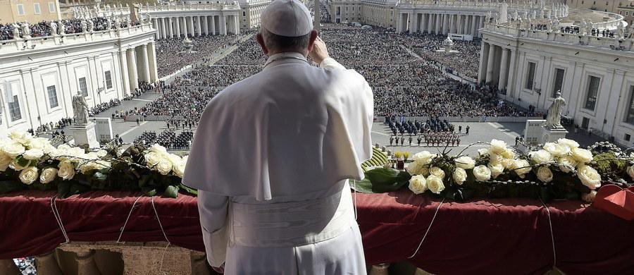 """Papież Franciszek powiedział podczas audiencji generalnej, że przebaczenie grzechów jest ich definitywnym przekreśleniem. """"To nie jest pralnia, do której zanosimy ubranie i gdzie usuwają plamę. Bóg wykreśla nasz grzech, wyrywa z korzeniem"""" - dodał."""